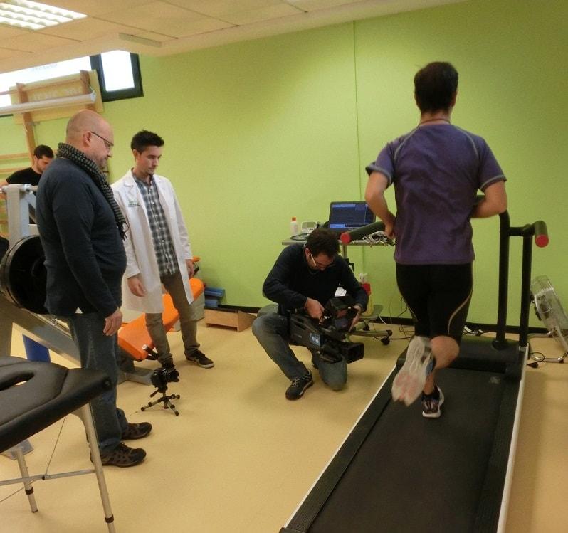podólogo de Esport Clínic observando a un paciente que corre en la cinta